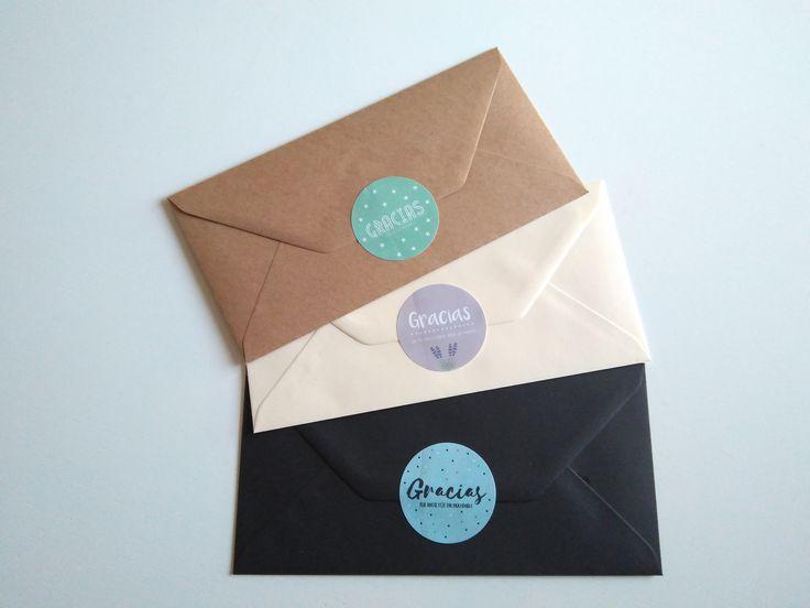 Sobres decorados con nuestras pegatinas para personalizar vuestras invitaciones