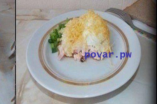 СЛОЕНЫЙ САЛАТ «СУГРОБ» С КОЛБАСОЙ                                                    ИНГРЕДИЕНТЫ:  - колбаса вареная 150 г - сыр твердый 100 г - яйца 3 шт. - картофель 1-2 шт. - морковь 1 шт. - лук репчатый 1 головка - чеснок 1 зубчик - майонез                                                          ПРИГОТОВЛЕНИЕ:  Шаг 1 : Выкладывать салат слоями: сначала обжаренный лук с морковью и чесноком. Затем колбаса, порезанная на кубики, майонез. Далее крупно натертый картофель и майонез.  Шаг 2…