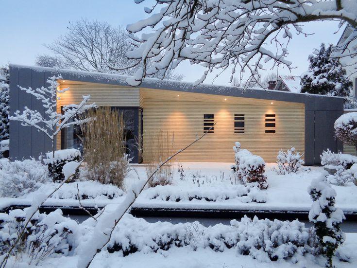 Tuinhuis in de winter, ontworpen door USE architects. Accoya Wood gevel, Nedzink Nova bekleding.