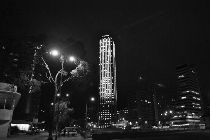 Torre Colpatria en la noche.