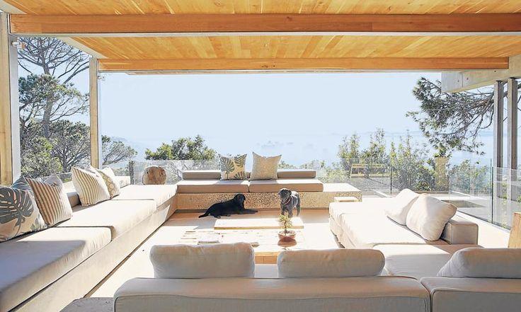 Para contribuir en la continuidad entre los espacios exteriores y el interior eligieron pisos de cemento pulido.