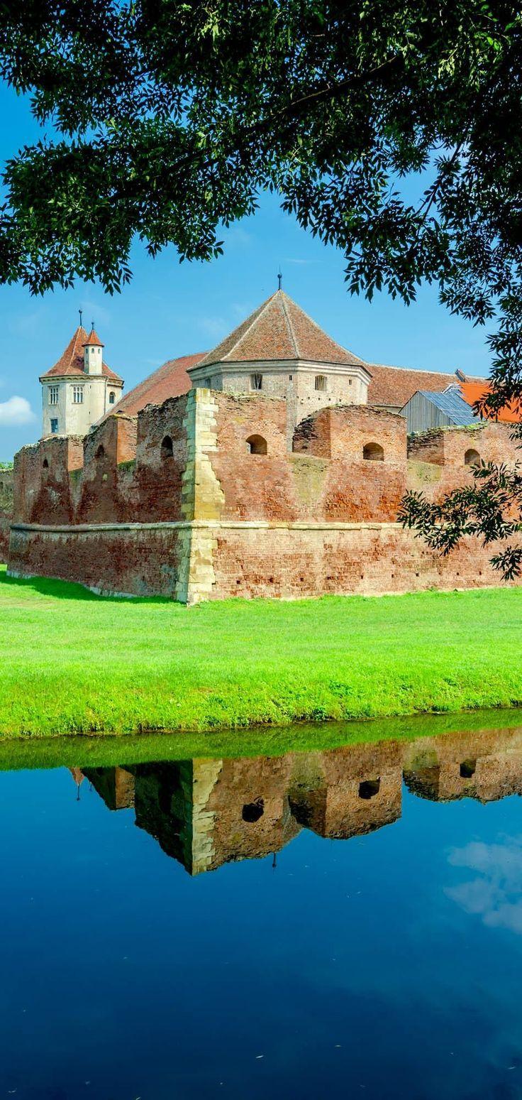 El FAGARAS, fortaleza construida inicialmente de madera, y en 1539 fue parcialmente reconstruida.  Hoy en día es uno de los castillos medievales mejor conservados de Rumania.