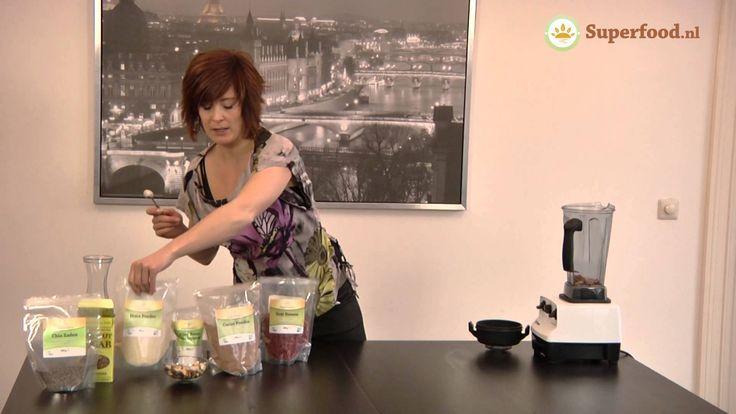 Heerlijk Goji Bessen smoothie recept vol met superfoods. Ingredienten: goji bessen, paranoten, chia zaden, rauwe cacao poeder, maca en kokosbloesemsuiker