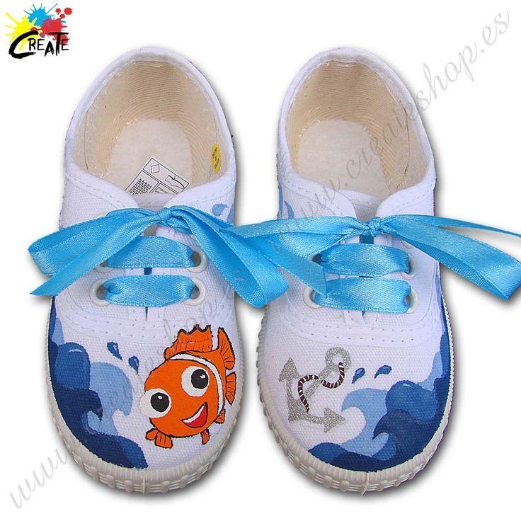 Zapatilla de lona tipo Inglesita Mod. Nemo 01 Diseño original basado en el personaje de dibujos animados Nemo, junto con una ancla, y olas del mar. Pintada a mano.  Detalle de cordones de cinta . Fabricación 100% Española. Numeración de Nº19 a Nº34