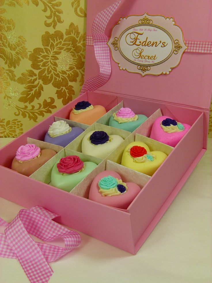 More soaps from Eden's Secret - these look like they'd be super easy to make. Just molded hearts in diff colors with some whipped soap frosting piped roses, flowers & leaves on top. Cute!