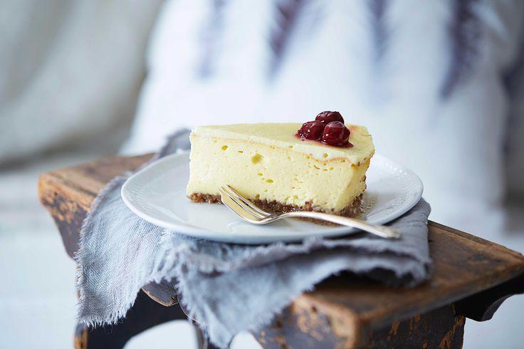 New York Cheesecake er en klassisk amerikansk ostekake. Den er mektig, god og fløyelsmyk i konsistensen.