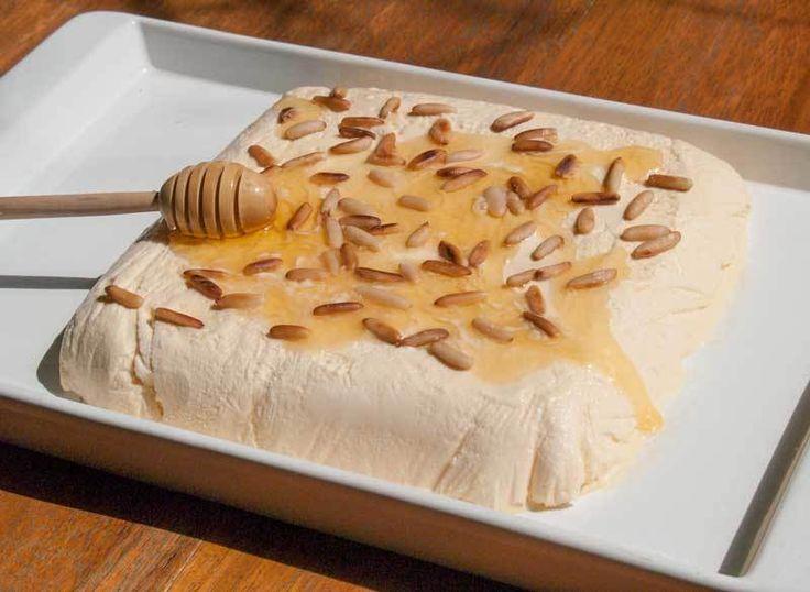 Semifreddonun İtalyanca'daki kelime anlamı yarı soğuk demektir. Dondurulmuş, yumuşak dondurma kıvamında çok lezzetli bir tatlıdır. Meyveli, sade, kahveli, ballı çeşitleri vardır. Ballı semifreddo yabancı bir yemek blogunda görünce bunu hemen yapmalıyım d...
