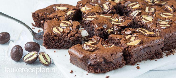Smeuïge chocolade brownies met een topping van chocolade paaseitjes, bijvoorbeeld met advocaat vulling