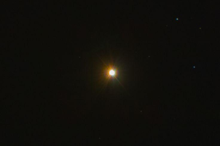 Arkturus Physikalische Daten: Sternbild: Bärenhüter Arcturus oder Arktur ist der Hauptstern im Bärenhüter, einem auffälligen Sternbild am Frühlingshimmel.  Der Rote Riese mit 200-facher Sonnenleuchtkraft und 22-fachem Sonnendurchmesser ist das uns nächstgelegene Gestirn dieses Typs.  Entfernung zur Erde: 36,66 Lj  Oberflächentemperatur: 4.290 K Masse: 2,188E30 kg (1,1 Sonnenmassen) Helligkeit: -0,04 Radius: 17.870.000 km (25,7 R☉)
