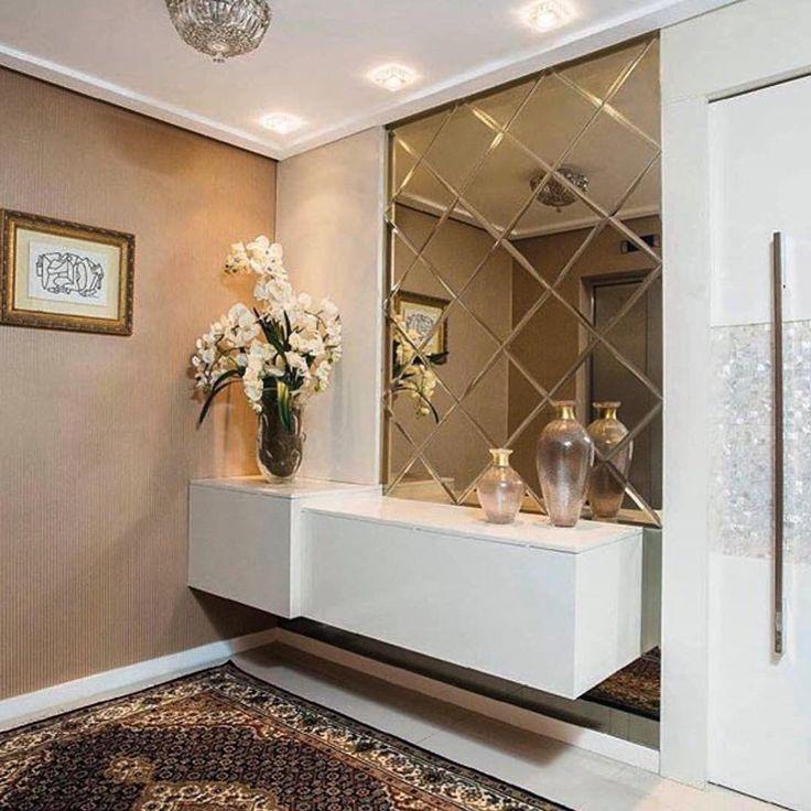 """@decoramundo no Instagram: """"Que tal ser recebido com um hall de entrada como esse? O espelho bronze bisotado, colocado na diagonal, ficou lindo e fugiu do convencional. O tapete e o papel de parede completaram a ambientação que ficou linda!!!! Projeto Danielle Holanda"""""""