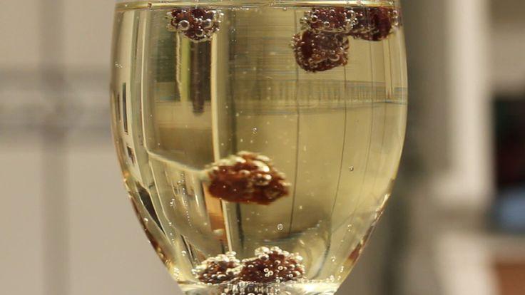 Brincadeira natalina, e de ano-novo, para crianças e adultos. Ótima ideia para falar sobre densidade - experiência de física - usando uvas-passas e champagne ou refrigerante. Para fazer esse experimento, você pode tirar uva-passa do panetone!