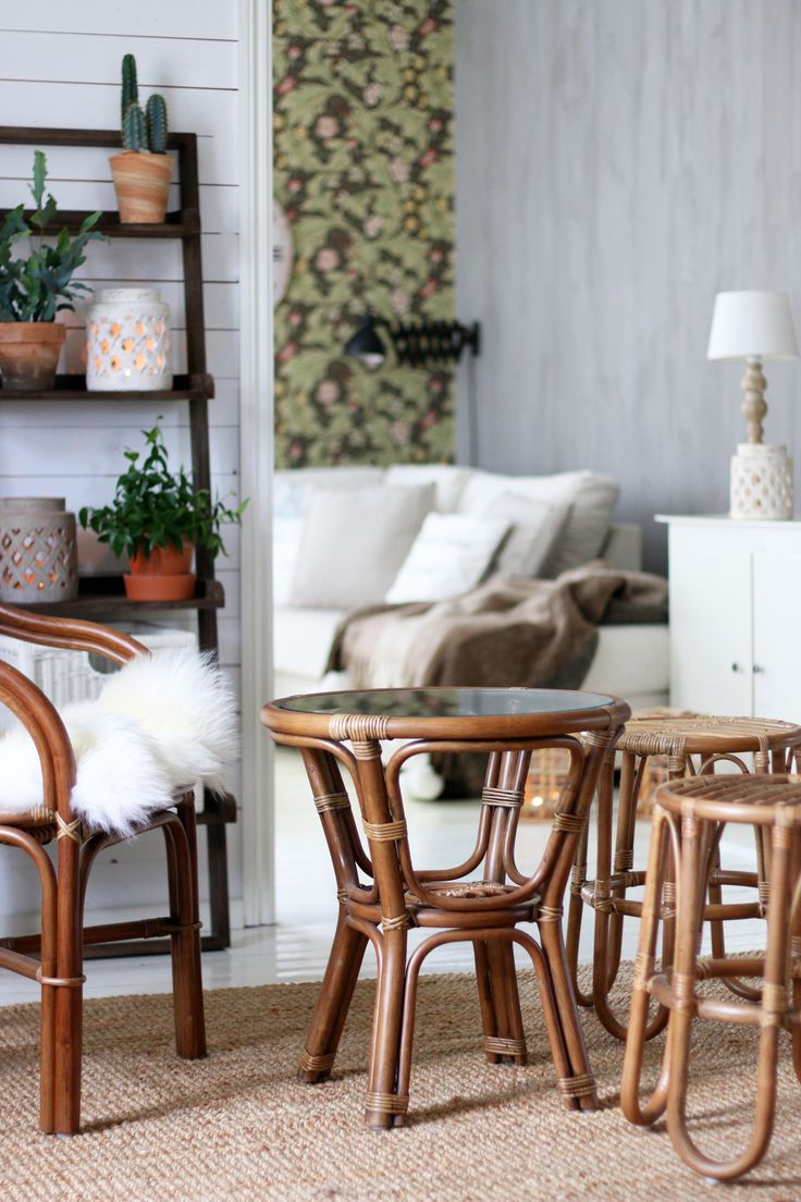 Pataya tuoli , Erno pöytä antikiinruskea, Rottinkijakkarat luonnonvärinen, lampaan talja, Vintage hylly harmaa  www.parolanrottinki.fi