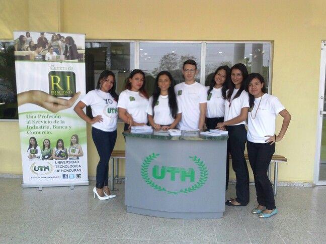 Estudiantes de la carrera de #RelacionesIndustriales proporcionando información sobre las #Obligaciones del #Trabajador #UTH #Honduras