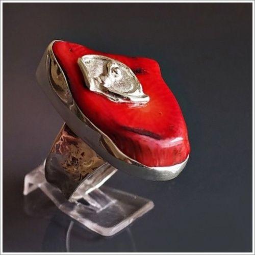 pierścionek z bardzo oryginalnym kawałkiem korala seksowna  zmysłowa czerwień ........... front pierścionka :34x21mm obrączka-kuta-średnica obrączki:17,33mm czyli rozmiar-15