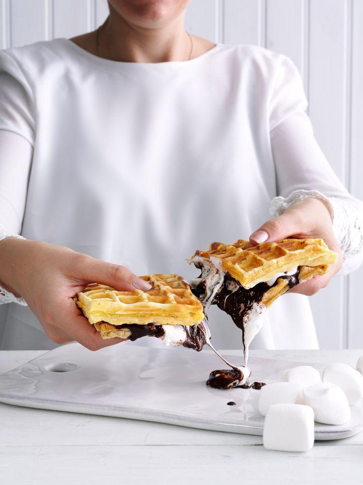 Er der én opskrift fra Camilla Stemann Jensens nye kogebog 'Vidunderlige Vafler', som vi kunne spise igen og igen, så er det opskriften 'S'more Vafler', som er belgiske vafler med flydende chokolade og sprøde skumfiduser. Få opskriften her og se om du er enig!