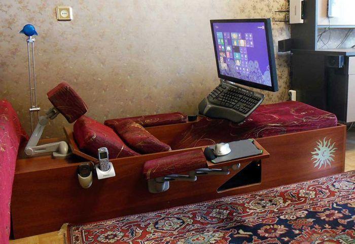 Уютный компьютерный уголок из старого шкафа