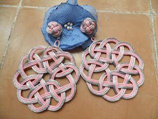 pendiente de laceria, artesania propia, modelo R6 en colores a escoger, estos rosa y gris. Precio 35 euros