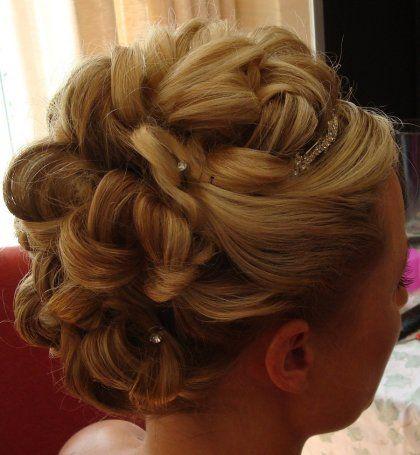 大きめにゆるく編み込んだ髪の毛をキレイにまとめたヘアアレンジ