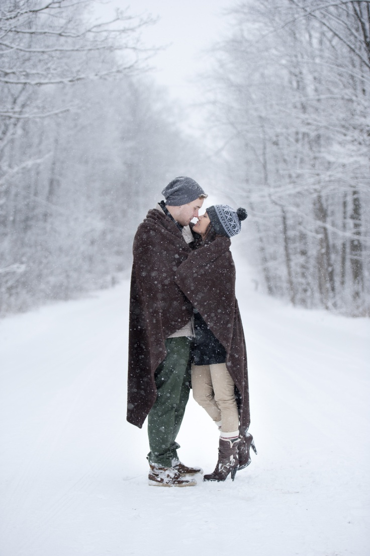 winter wonderland couple photo session - cozy under the blanket - Sarunia Photography