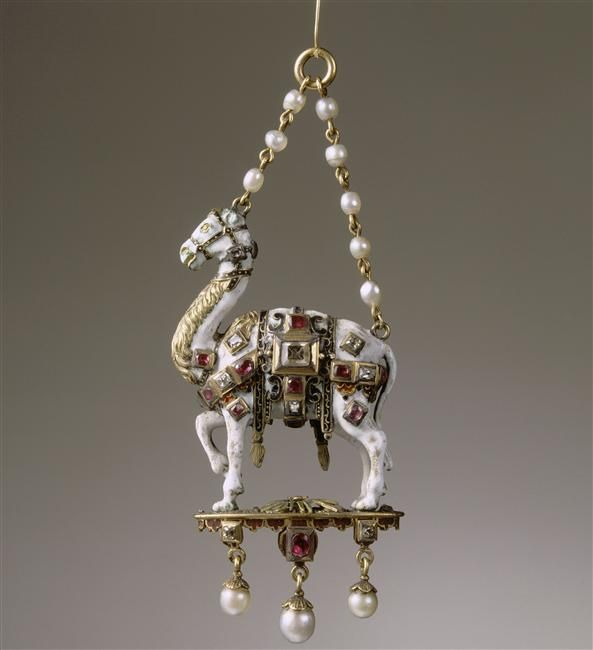 Pendant in the shape of a dromedary, 16th century, Germany, precious stones, pearls, gild enamel, Height: 10.6 cm, Length: 5.3 cm. Ecouen, musée national de la Renaissance