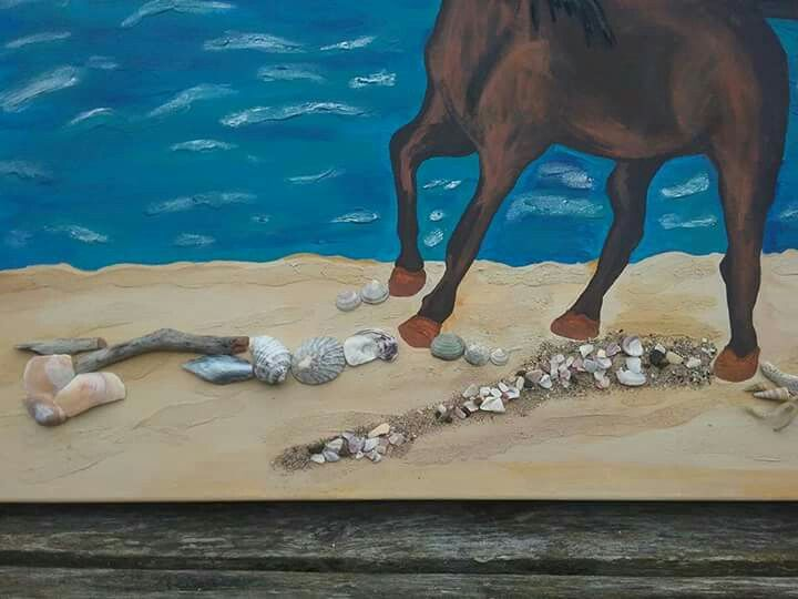 Driftwood, sand and shells add a 3D effect to my painting 😊