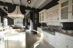 Cucina Country DHIALMA Beige, completa di piano cottura, forno, lavastoviglie e Frigorifero. Top in granito bianco sardo fiammato, lavello a 2 vasche e top zona isola in peltro.  Per informazioni contattare il sig. Dario al numero 06/8123700.