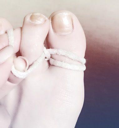 【Fig本店(WEB)】脚の内側を鍛える 用意するものは普通の髪ゴムのような輪っかになっているもの×2 まず輪っかに親指をいれて、外側に二回 回します ∞←こんな形になるようにします 私の紐は使いすぎて伸びちゃったのでw 親指に二重に巻いてます 右足は逆巻で考えてくださいね^^ それから片方を人差し指にいれて、完成~♪ 巻いているだけでカラダがまっすぐ!脚の内側に筋肉がついて気づけば体重が落ちているという… わたしは1月から始め、食事制限なし、お菓子も食べるで3kgくらい減りました♪ 実際にやってみてとっても良かったのでみなさんにもシェアします