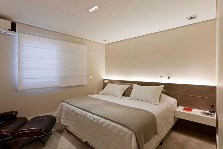 Az ágy fejvégénél kialakított textilbőr felület mögé flexibilis beltéri LED csíkot szereltek. A 12 voltos szalagok nemcsak romantikus fényt biztosítunk a hálószobában, hanem a kisfeszültségű áramellátás miatt biztonságosak is!