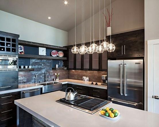 cocina con artefactos de acero inoxidables y muebles en color marron