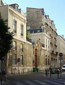 L'hôtel de Dreux-Brézé, 1, rue du Regard, 6e arr. Paris.  Thomas de Dreux, comte de Brézé, Grand Maître des Cérémonies de France loua l'hôtel en 1737. Cet hôtel appartient maintenant aux descendants des Récamier.