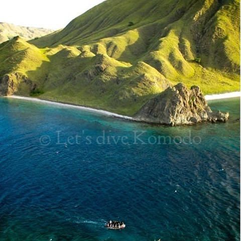What is your favorite activity, hiking, diving or both? Let's dive Komodo offers both, view from Gililawa Laut #indonesia #flores #komodo #labuanbajo #sundayfunday #hiking #diving #trekking #scubadiving #lovemyjob #lovemylife #makemyday #amazing #view #colors #ocean #mountain #boat #beach #divers #travel #holiday #backpacker #explore #happiness #instapic #instadaily #instadive #island #islandlife