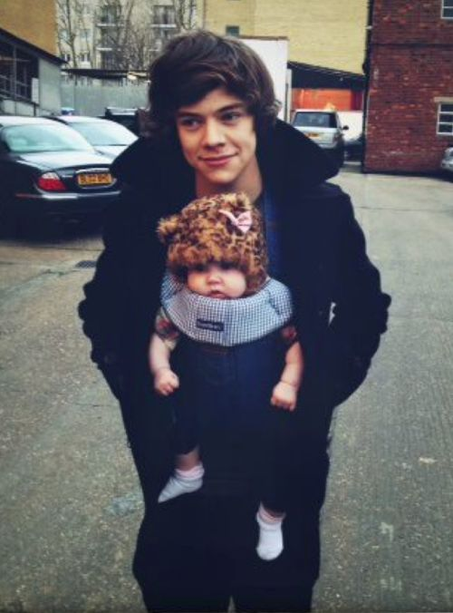 *WARNING* THIS MAY BE TOO MUCH ADORABLENESS IN ONE PICTURE FOR SOME OF YOU DIRECTIONERS OUT THERE ~ I love Baby Lux and Harry together