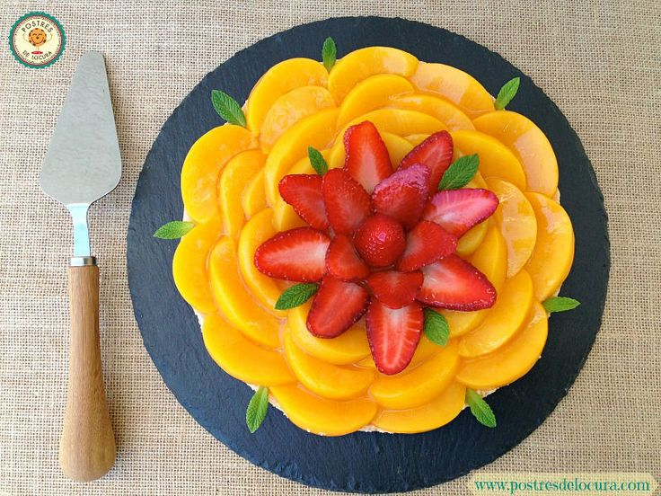 Tarta de frutas y crema pastelera sin horno, combina una base crujiente de galleta con almendra, relleno de crema pastelera y cobertura de gelatina y fruta