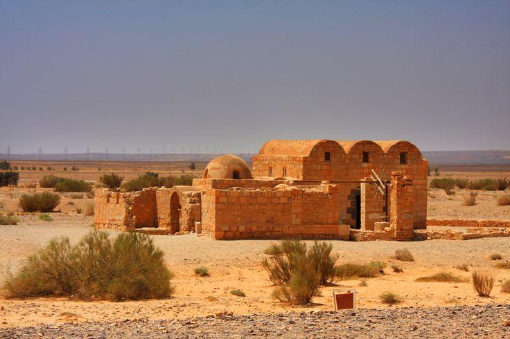 A parte Este da Jordânia é praticamente despovoada e poucos são os beduínos que ainda enfrentam o calor do deserto. Hoje esta área é utilizada apenas pelos camionistas que transportam mercadoria para o Iraque e para a Arábia Saudita. No entanto, no auge da criação da cultura muçulmana, os árabes utilizaram estas terras para construir …