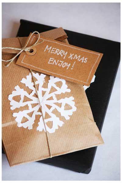 envolver regalos de navidad  con copos de nieve de papel #gifts #wrapping #paper…