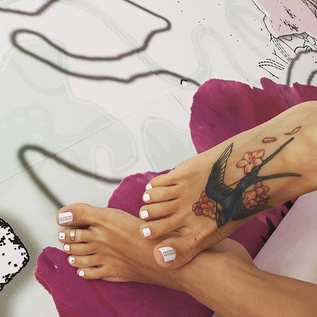 Доброе утро котики 😺 какие планы на выходные? В Москве обещают тёплую погодку, а я собираюсь поехать в магазины и на дачу пожарить шашлык 🍖 а у вас какие планы? #фетиш #фотоног #футфетиш #босая #босиком #босоножки #моиноги #моиножки #ногифото #ножкимои #ножки #ступни #пальчики #пальчикиног #педикюр #путешествиеног
