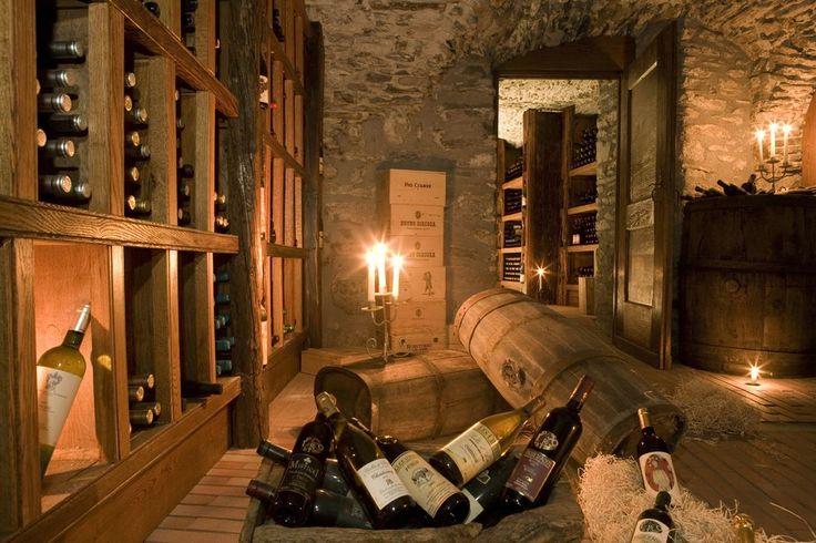 Zu den köstlichen Spezialitäten der Region empfiehlt sich ein Schluck Wein der einheimischen, exzellenten Bergweine geschützter Herkunft wie den Arnad Montjovet, den Enfer d'Arvier, den Blanc de Morgex et de la Salle, den Donnas, Neyret oder Petite Arvine oder den Fumin, eine Rotweinsorte, die von ihrer Weichheit an Burgunder erinnert. Dank des Mikroklimas der Region wachsen die Weinreben bis zu einer Höhe von 1200 m.