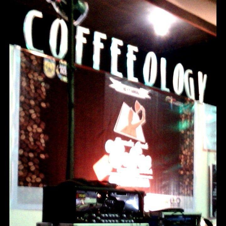 """Aceh (Gayo) Dunianya Pecinta Kopi  Sampai di tengah hall, kami menemui panggung megah yang bertemakan kopi dengan word art bertuliskan """"Coffeeology"""", sejenak saya berfikir, apa maksud dari tulisan itu, dan saya menyadari ternyata tulisan itu mengarah pada ilmu yang mempelajari tentang kopi. Memang ini kali pertama saya menjumpai istilah itu, karena mungkin memang saya bukan coffee holic, makanya saya kurang mengetahui dengan istilah-istilah dunia kopi. More…"""