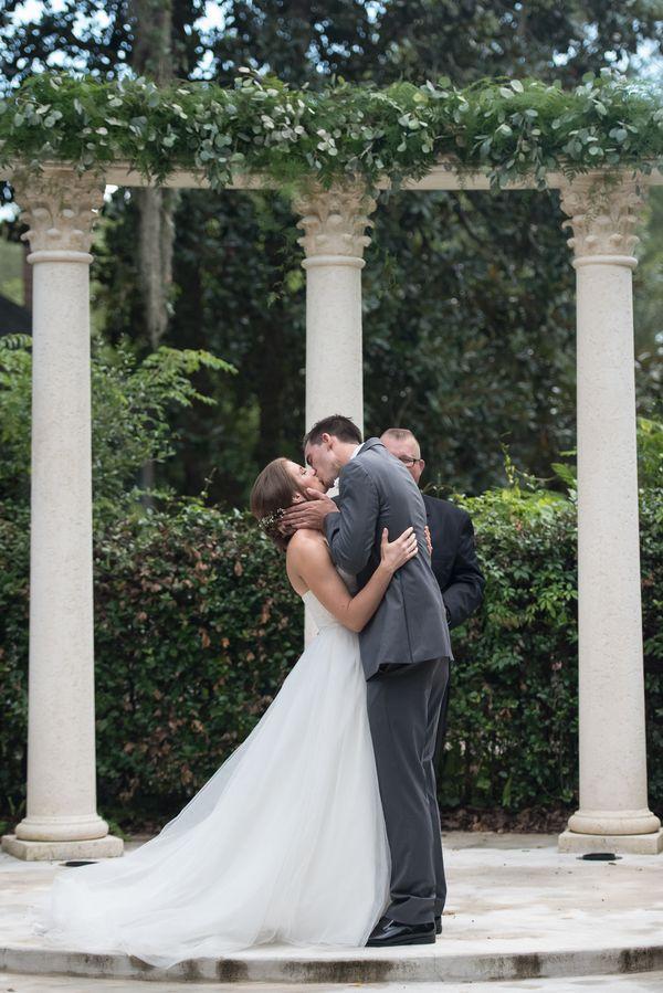 Just Love. Leidenschaftlicher erster Kuss <3 || Foto von Corner House Photography | hochzeitsplaza.de/real-weddings/stimmungsvolle-gartenhochzeit | Real Wedding