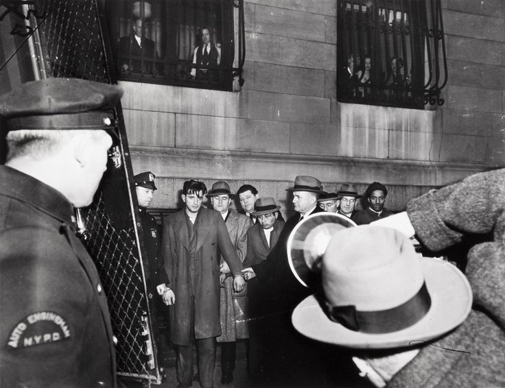 In coda per il tribunale notturno, ca. 1941 Stampa alla gelatina d'argento © Weegee/International Center of Photography International Center of Photography