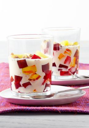 Gelatina tres leches-A los niños les encantará ayudar a preparar este colorido postre de frutas que es tan divertido de hacer como lo es de comer.