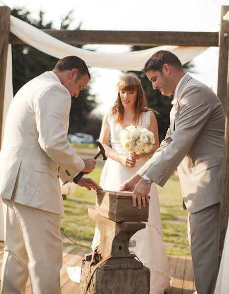 En determinado momento de la ceremonia, los novios colocan en una caja cartas de amor y una botella de vino. Como broche al rito, se clava la tapa de la caja. La promesa es abrirla recién a los 10 años de casados, o en el caso de una pelea o etapa áspera del matrimonio.