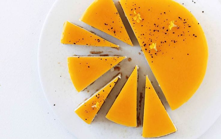 Lækker no-bake cheesecake med knasende lakridskiksebund, cremet vaniljesødt ostefyld og syrlig passionsfrugtgelé. Både smagen og farven er genial.