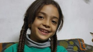 """Image copyright                  @AlabedBana                  Image caption                                      Bana Alabed, de 7 años, tuitea sobre su vida en el este de la ciudad de Alepo.                                """"Esta es nuestra casa. Mis queridas muñecas murieron en el bombardeo de nuestra casa. Estoy muy triste pero muy feliz de estar viva&qu"""