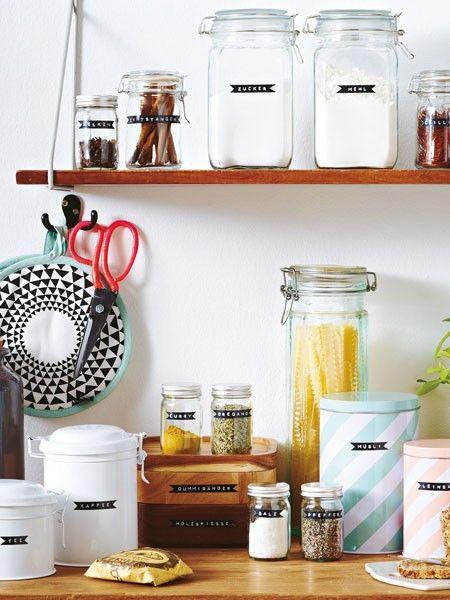 Ordnung in der Küche - Dosen und Einmachgläser mit Etiketten versehen