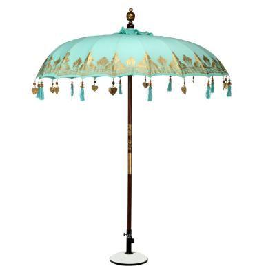 Ein Märchen aus 1000 und 1 Nacht wird wahr beim Oriental Lounge-Sonnenschirm. Das prachtvolle Schmuckstück ist am Bezug mit Goldapplikationen und Ornamenten versehen, dazu mit Quasten und Dekoherzen aus Aluminium und Weißmetall bestückt. Die Schirmspitze wurde aufwändig gestaltet, ebenso der Stab. Innen schaut man auf zu einer Jute-Verkleidung in Makramee-Handarbeit. Bei dieser außergewöhnlichen und wertvollen Aufmachtung ist der Schirm natürlich nicht geeignet, um dauerhaft oder bei…