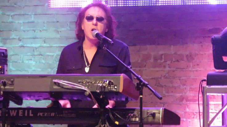 Denny Laine Surprises Tribute Band and Plays Go Now with them - YouTube