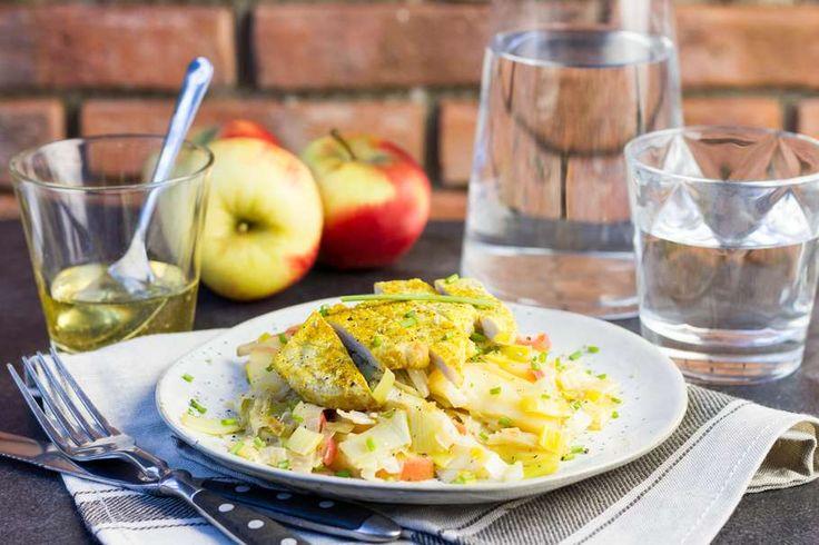 Recept voor varkensfilet voor 4 personen. Met zout, peper, appel, prei, varkensfiletlapje, kerriepoeder, boter, honing en rode wijnazijn