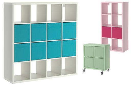 Drie KALLAX open kasten met verschillende kleuren en afmetingen, wit 4x4 met turkooise inzetten, roze 4x2 met cerise inzetten en pastelgroen 2x2 met pastelgroene inzetten