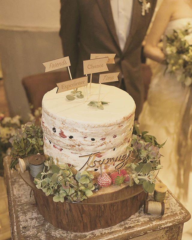 二次会もネイキッドケーキ!ケーキトッパーは同じものです✨ こっちのケーキもシンプルでとてもお気に入り。 ケーキのまわりはお花でデコレーション!フルーツはちらっと見えるようにしてもらいました♪何も言ってないのに糸巻きの飾りも✨ステキに仕上げて頂きました。 やっぱりこっちも美味しかったです。ケーキ、もっと食べたかった!しつこくてすみません #TsumugiWedding#trunkbyshotogallery #ウェディングケーキ#ネイキッドケーキ#ケーキトッパー#ブライダル#結婚式#ケーキ美味しかった